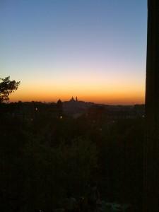 Le Sacré Coeur au loin, coucher de soleil sur Paris