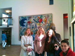 Devant un tableau de Chagall à la Fondation Maeght