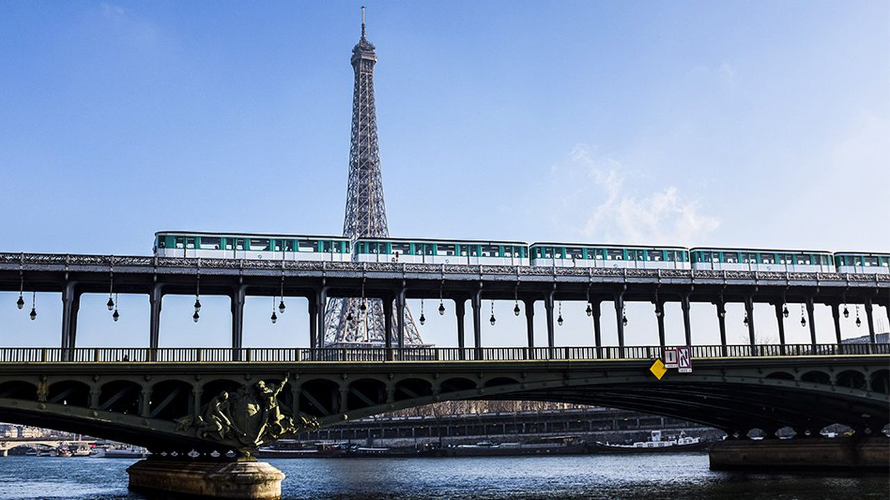 Vue du metro aerien sur le pont de Bir-Hakeim. En fond, la tour Eiffel. Rame, train ligne metro 6 RATP *** Local Caption ***  Paris aerien architecture metro pollution public rail ratp tour eiffel transport